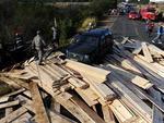 Placas de madeira bloquearam a estrada