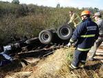 Caminhão tentou desviar de Chevette e caiu em barranco, causando a morte do motorista