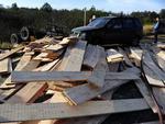 A carga de um caminhão com madeira caiu sobre uma motocicleta e uma caminhonete Ecosport no km 26 da ERS-118