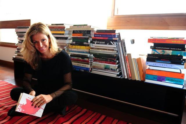 "Leticia Wierzchowski autografa nesta quarta o romance ""Neptuno"" Fernando Gomes/Agencia RBS"