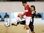Leandro Damião em disputa de bola com o zagueiro alvinegro Fábio Ferreira