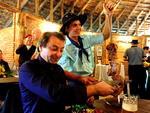 Battisti apareceu pilchado no CTG Sinuelo da Amizade, onde degustou pedaços de churrasco