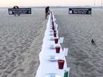 Os manifestantes colocaram pratos vazios em cima de uma mesa