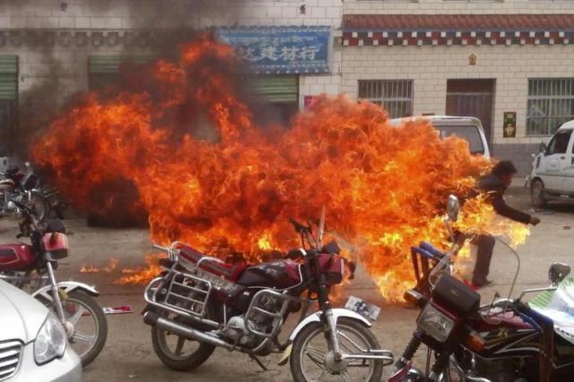 Um jovem morre e outro fica gravemente ferido após atearem fogo contra o próprio corpo em protesto The Tibetan Youth Congress/AP