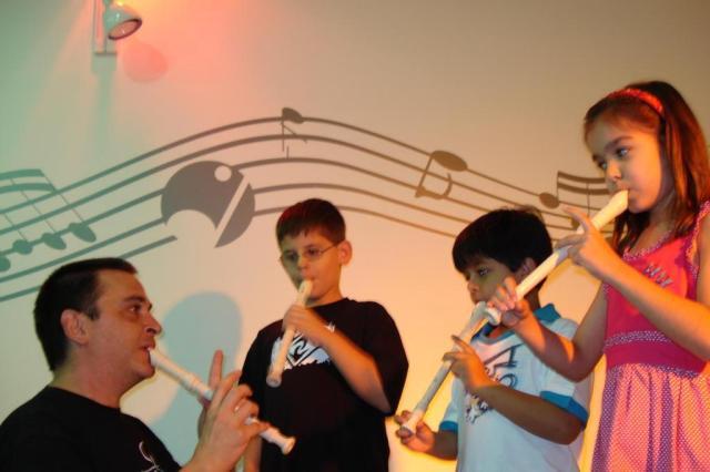 Aula de música em grupo é mais estimulante do que aprendizado individual Estação Musical - Divulgação/Estação Musical - Divulgação