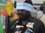 Um indiano que passa por tratamento contra o abuso de álcool participou da manifestação