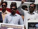 Membros do Conselho de Assessores da Juventude da Palestina carregaram faixas em protesto ao abuso e tráfico de drogas