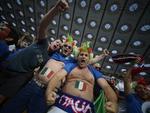 Torcedores italianos gritam e mostram corpo pintado com as cores da bandeira do país