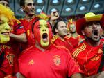 Torcedores da Espanha cantam seus gritos de guerra
