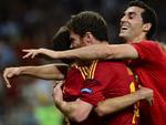 Jogadores espanhóis se abraçam ainda em campo