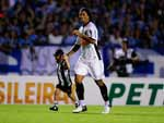 Ronaldinho ganhou constante atenção da torcida tricolor com as vaias, mas teve atuação discreta no jogo