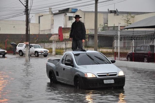 Chuva provoca alagamentos e prejudica o trânsito em Pelotas  Nauro Júnior/Agencia RBS