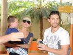 A atriz Sharon Stone, o filho Quinn e o namorado Martin Mica passeando na Praia de Laranjeiras.