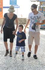 Atriz Sharon Stone  com o filho Quinn e o namorado Martin na Praia de Laranjeiras.