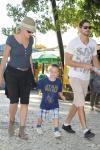 Atriz Sharon Stone  com o filho e o namorado passeando na Praia de Laranjeiras.