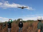 Os pesquisadores  e alunos de engenharia agrícola observaram do solo o lançamento das sementes