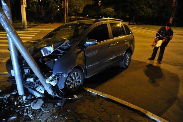 Motorista bate e abandona carro na Capital Bruno Alencastro/Agencia RBS