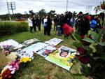 Reunidos no Largo da Vida, uma rotatória localizada na Avenida Severo Dullius, eles enfeitaram o local com flores e cartazes para homenagear as 199 vidas perdidas no acidente