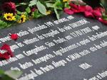 Familiares depositaram flores sobre placa que homenageia vítimas