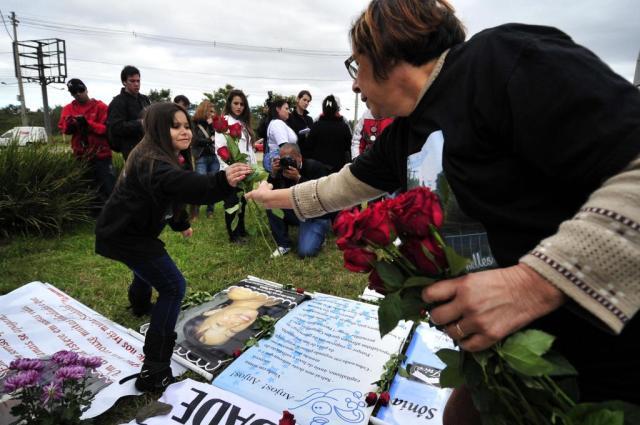 Com flores e cartazes, familiares lembram vítimas do voo 3054 na Capital Diego Vara/Agencia RBS