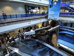 Amigos e familiares circularam pelo aeroporto com camisetas e faixas em homenagem às vítimas