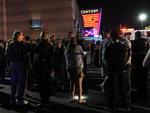 Desesperados, espectadores que não estavam feridos deixaram o cinema às pressas