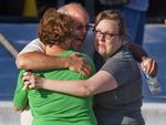 Desesperados, familiares buscavam informações sobre parentes que assistiam à sessão invadida pelo atirador