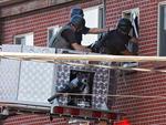 Policiais entraram no apartamento onde mora o suspeito dos assassinatos