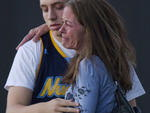 Aliviada, Tammi Stevens abraça o filho Jacob Stevens, de 18 anos, que estava na sessão invadida