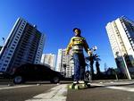 O projetista de circuitos eletrônicos Sérgio Brunn, 57 anos, vai ao trabalho de skate constantemente