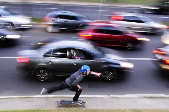 Skates saem das pistas e são usados como meio de transporte barato e sustentável Ricardo Duarte/Agencia RBS