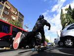 O vendedor Rodrigo Steinbach, 24 anos, usa o skate para ir de casa para o trabalho