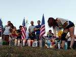 Populares acederam velas em uma espécie de memorial pelas vítimas do cinema Century 16
