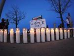 Quando a noite cai, velas iluminam a calçada em uma espécie de memorial improvisado para as vítimas do atentado