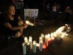 Na noite de sexta-feira, populares se mobilizaram para homenagear as vítimas
