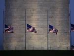 Bandeiras ao redor do Monumento de Washington amenheceram a meio mastro no dia seguinte ao massacre