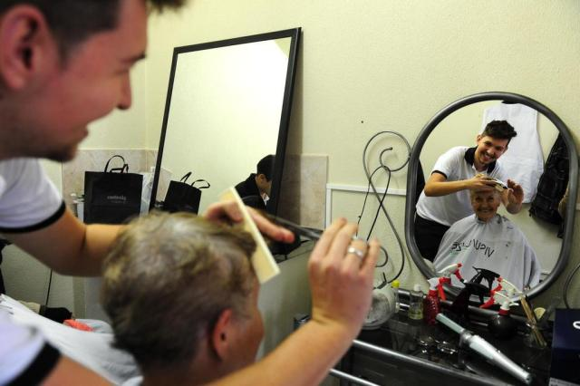Profissionais de salão de beleza fazem ação em asilo da Capital Fernando Gomes/Agencia RBS