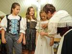 Em Nova Petrópolis, Festival de Folclore que se inicia na sexta vai mostrar que trajes autênticos, como o vestido da costureira Frau (à direita) pode ser adaptado com as roupas mais leves (nas meninas)
