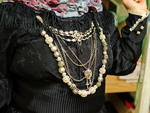 Os trajes oficiais, que continuam sendo usados pelos grupos folclóricos, são compridos, com tecidos mais pesados. As joias são usadas como forma de mostrar a riqueza da família e o preto é vestido pelas casadas, significa seriedade