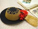 O chapéu é típico e as quanto mais correntes houver ao seu redor, significa que mais posses têm a família