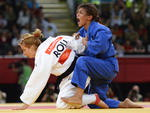 Judoca brasileira comemora o ouro
