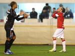 Forlán lamenta a chance de gol desperdiçada no primeiro tempo