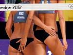 As russas Anastasia Vasina e Anna Vozakova do vôlei de praia num momento de apoio mútuo