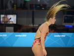 Nadadora se exercitava um dia antes da abertura oficial dos jogos