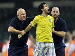 Torcedor do Brasil é retirado do campo durante o jogo Brasil x Egito