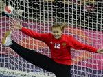 Goleira russa de handebol Anna Sedoykina se estica toda para tentar a defesa em jogo contra a Grã-Bretanha