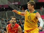 O espanhol Jose Calderon (E) e o australiano Davd Andersen, adversários no basquete