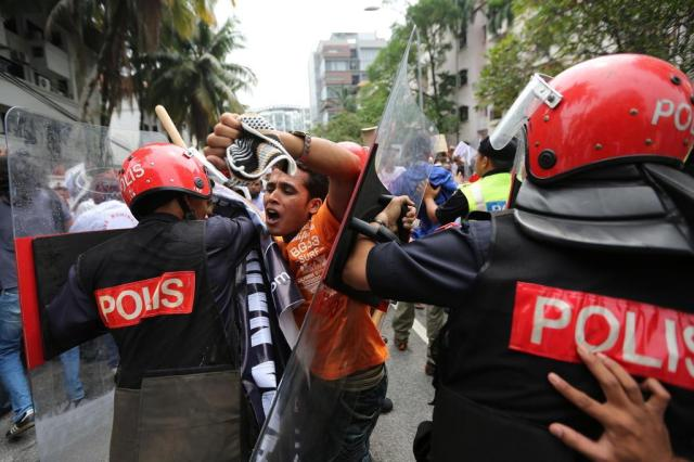 Violência contra muçulmanos causa tensão no Mianmar Mohd Rasfan/AFP
