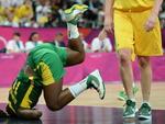 Pivô brasileiro Clarissa Santos tenta ajudar o Brasil a dar a volta por cima no basquete feminino