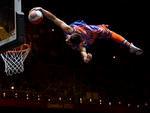 Artista voa para enterrada durante os intervalos no basquete